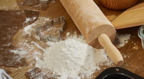 Piparkakkujen leivonta