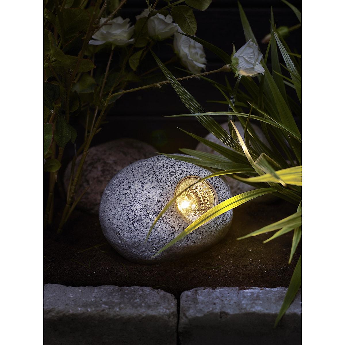 Stein med solcellebelysning